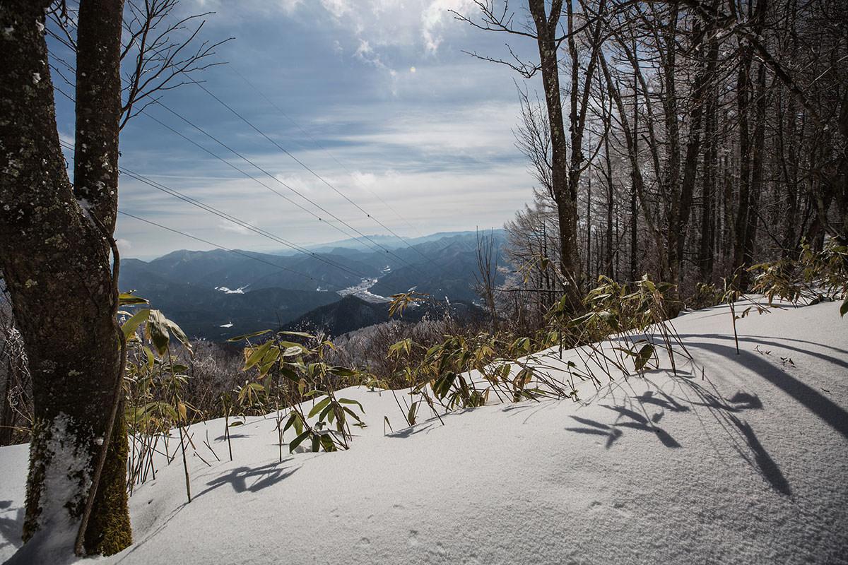 【聖山】登山百景-木の間からの眺めが良い