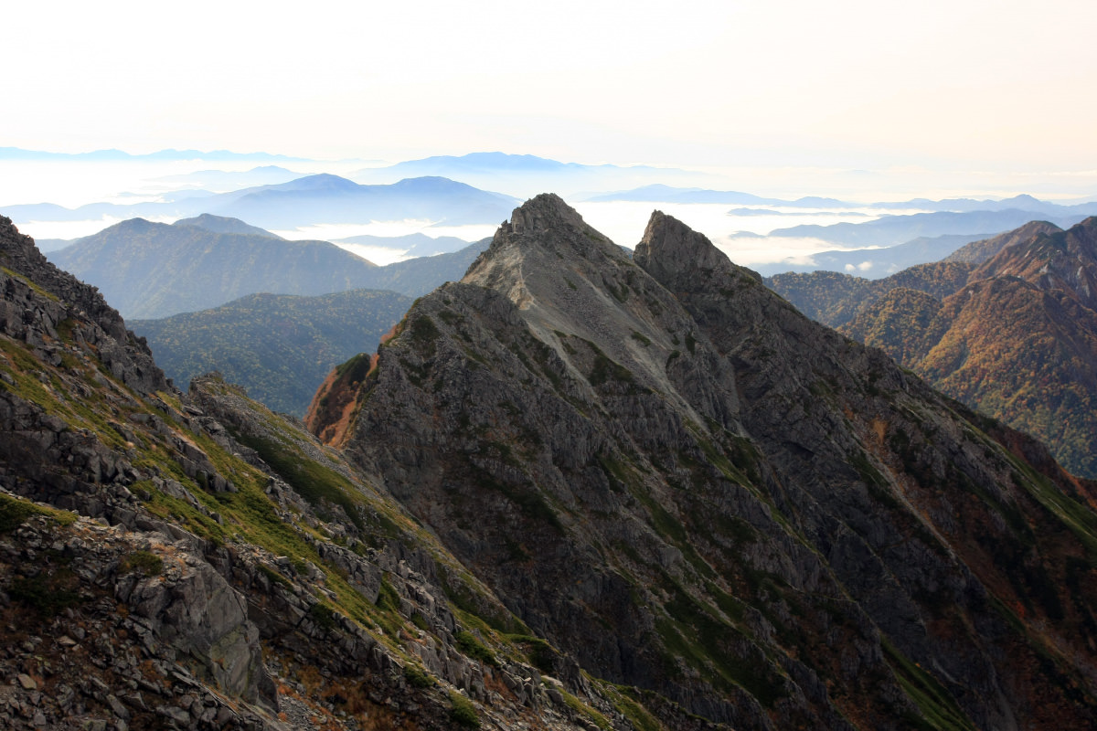 穂高岳へと続く重太郎新道から見る明神岳