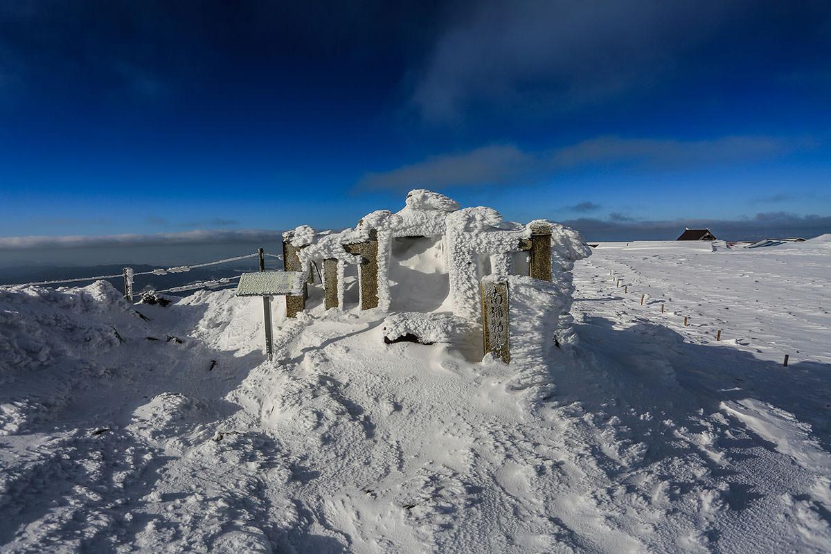 【伊吹山】登山百景-小さな祠も雪