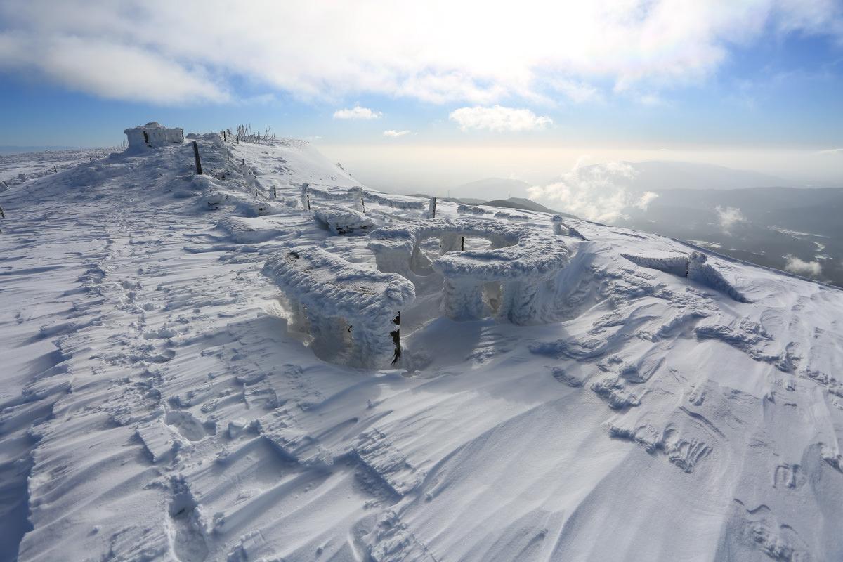 伊吹山山頂で見る雪のモニュメント