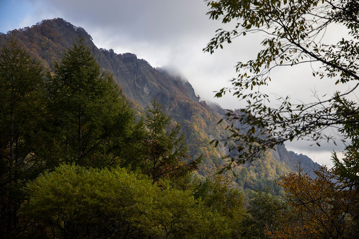 左を見たら戸隠連峰の岩壁