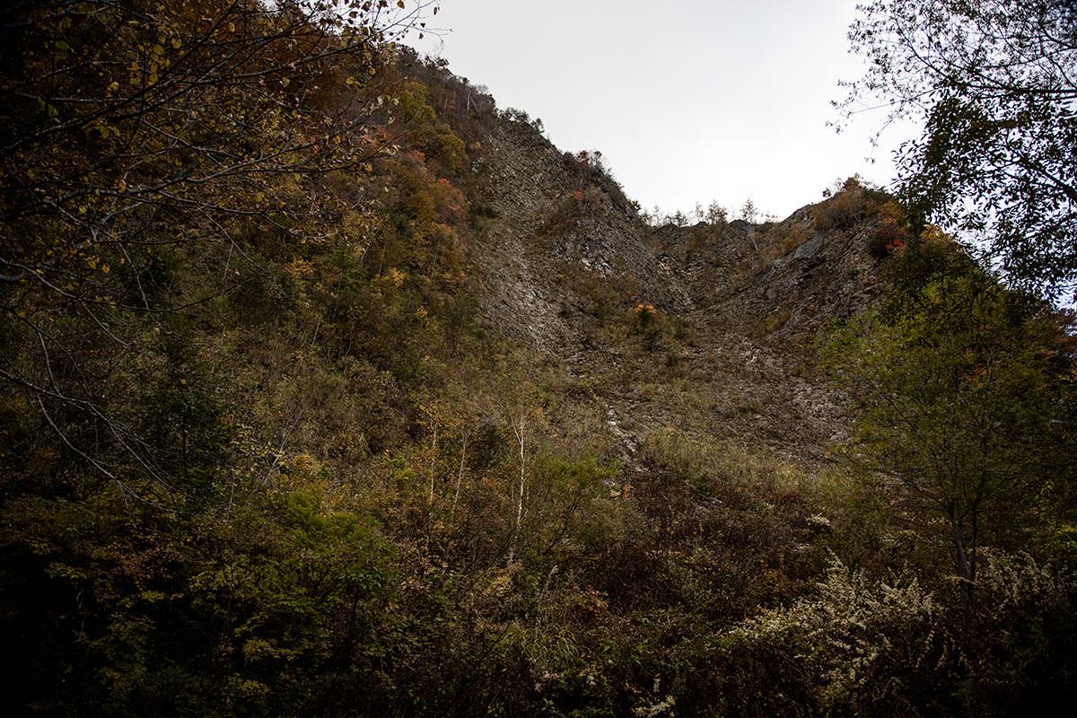 岩壁の真下を通る