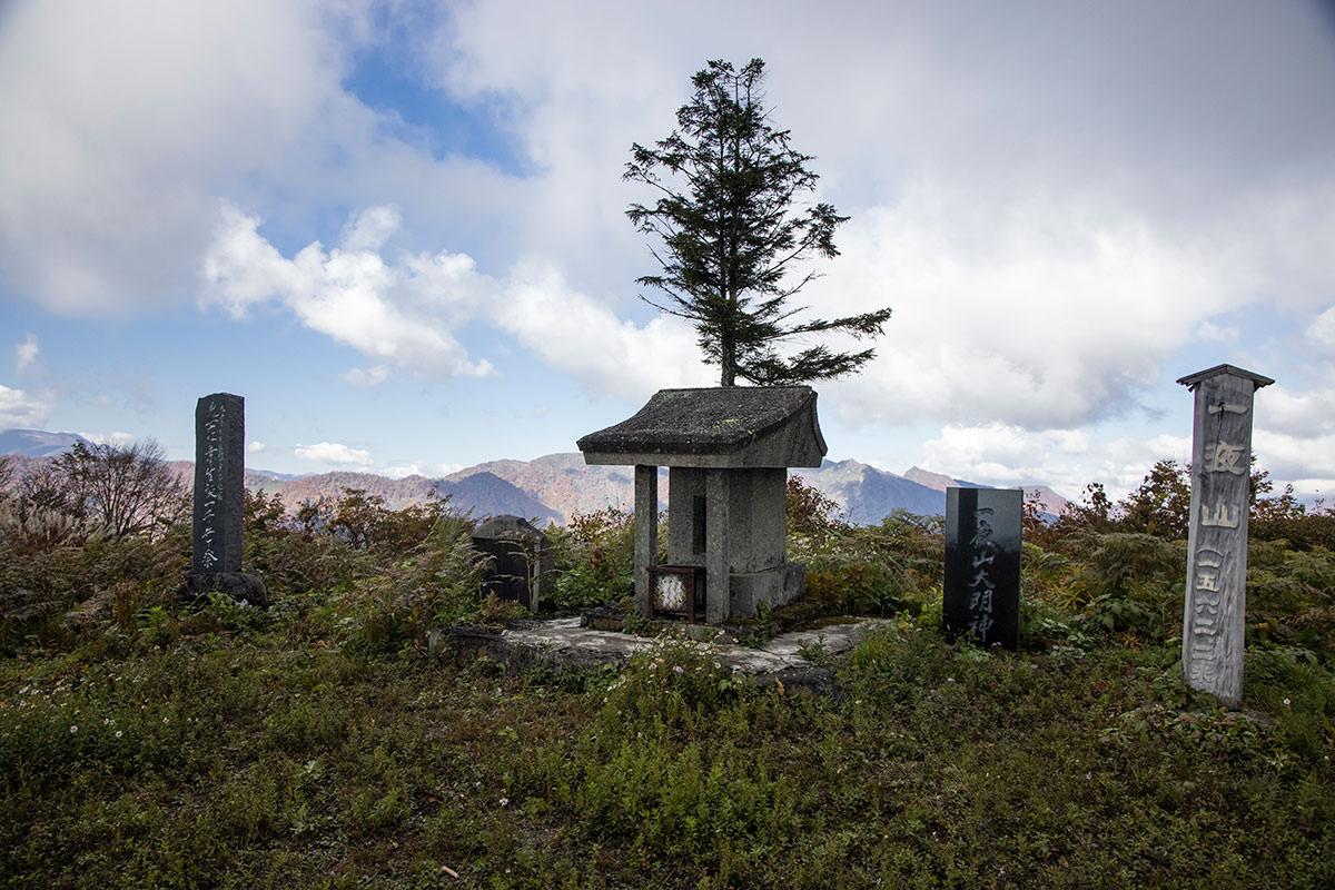祠と記念碑