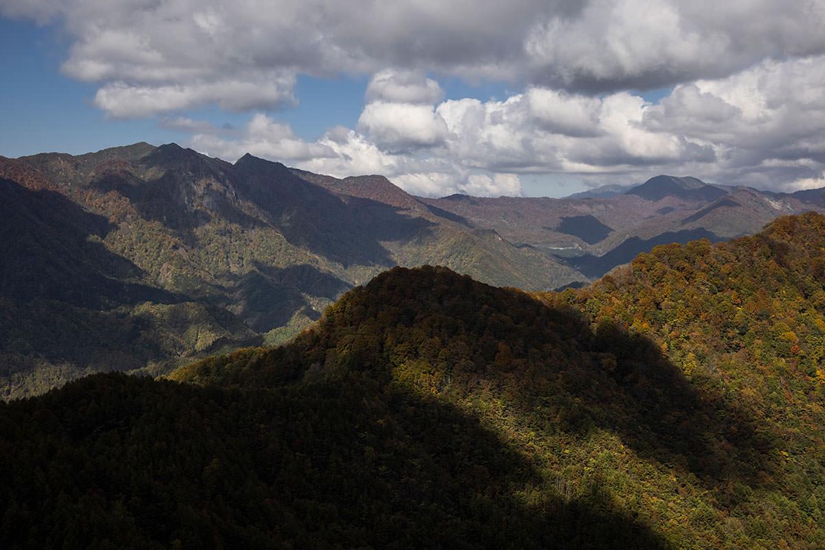 戸隠の稜線の向こうに堂津岳と奥西山と