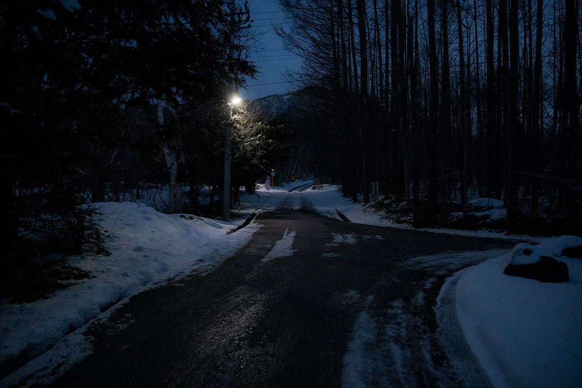 薄暗い道を歩いて登山口へ