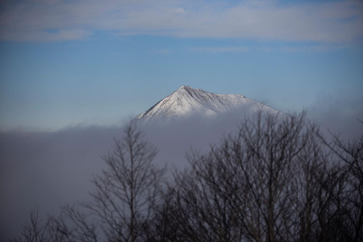 高妻山は山頂部がチラリ