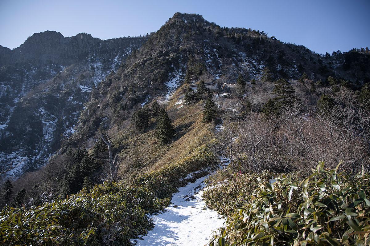 登山道にはうっすらとした雪