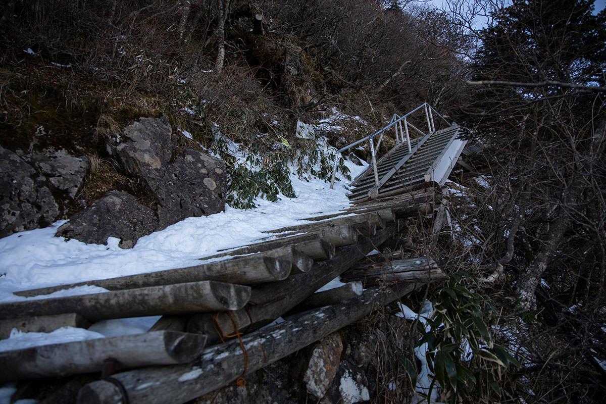 鉄製の階段もある
