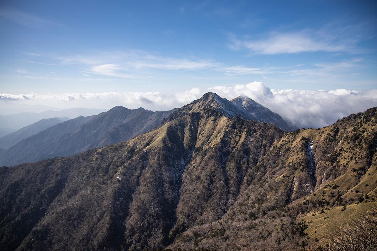 稜線に出たところで二の森が見える
