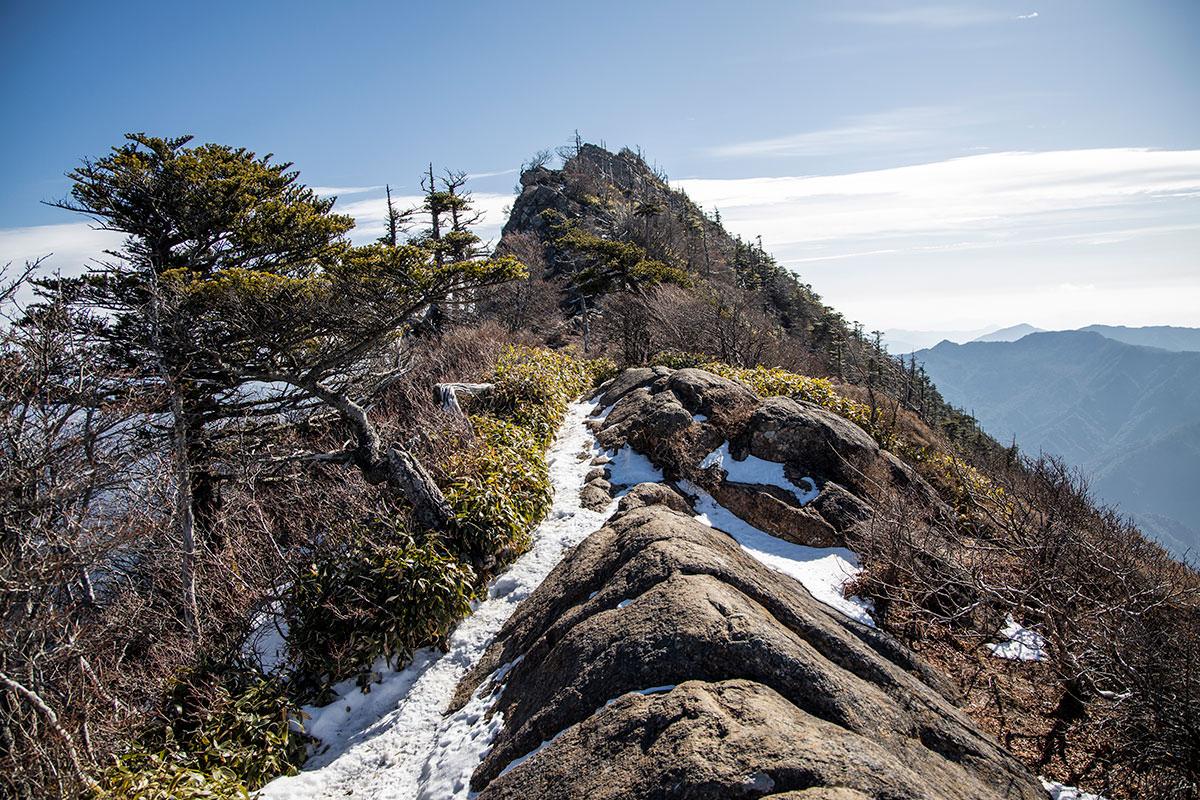 岩の稜線を山頂へ