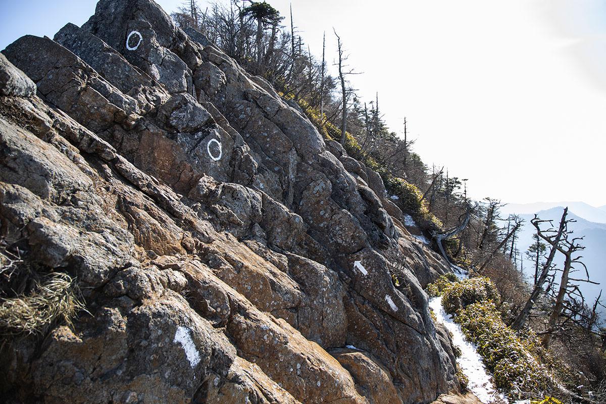 矢印の通りに岩の上へ進むのが正解