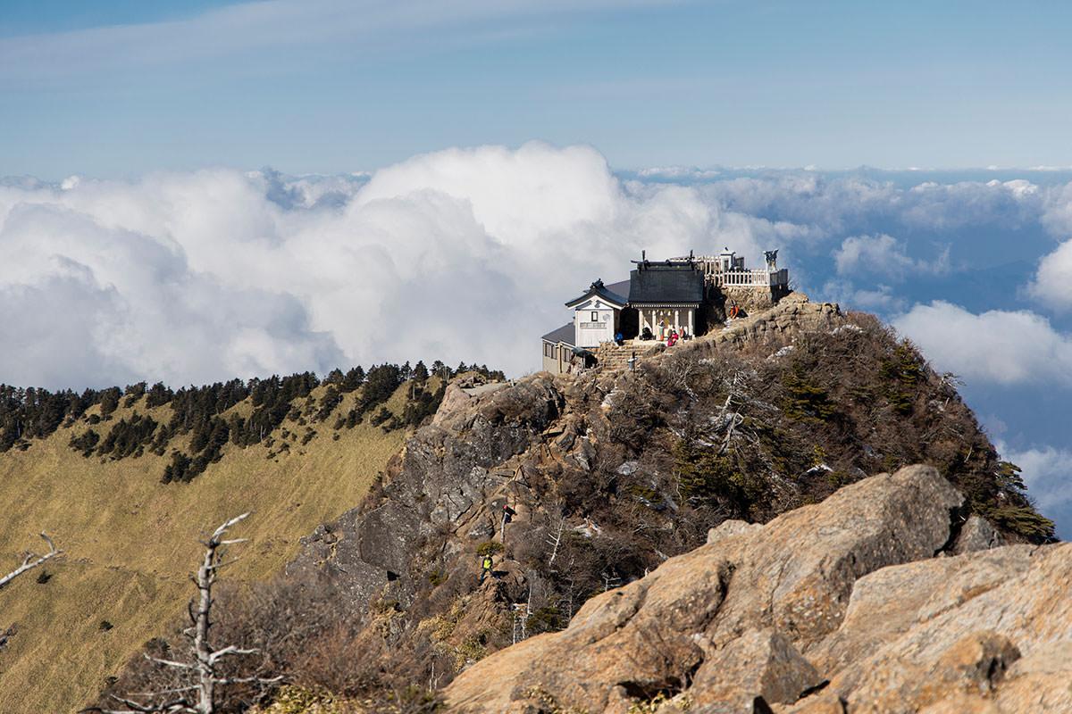 弥山を振り返って見ると雲海と社殿がカッコイイ