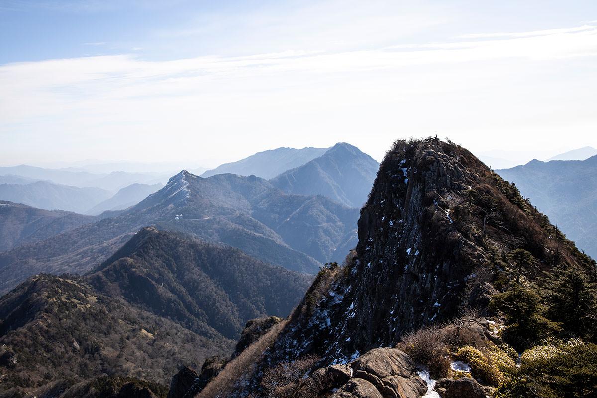 山頂の先にある岩峰