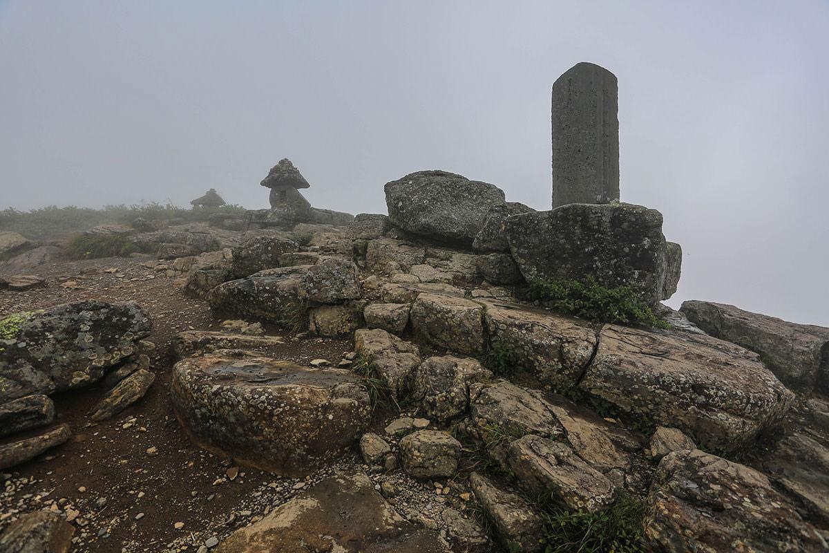 【岩菅山 聖平の上】登山百景-石碑と祠