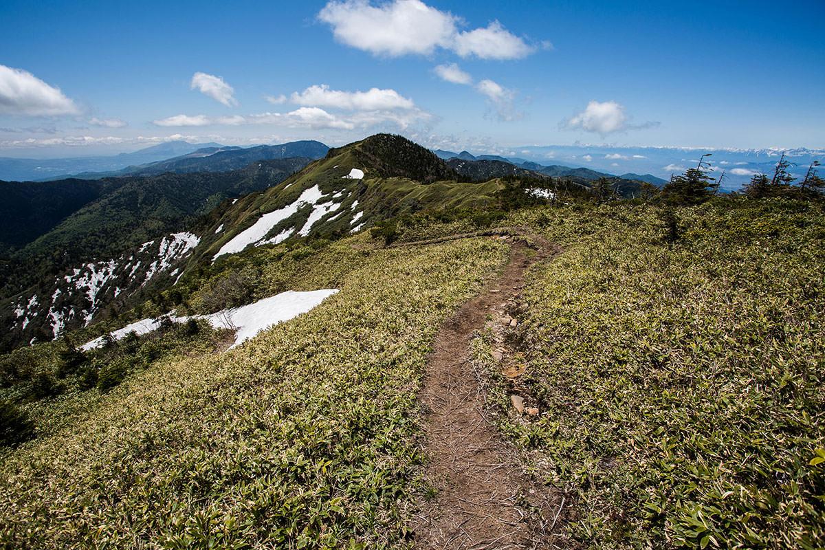 【岩菅山 裏岩菅山縦走】登山百景-稜線を岩菅山へ戻る