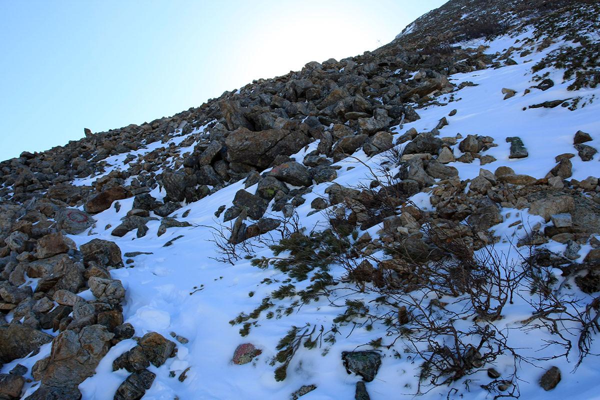 岩の間に雪が吹き溜まり