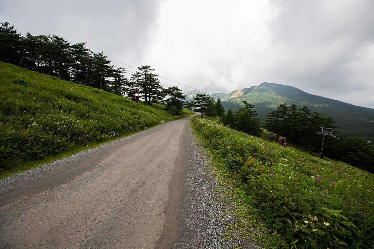 向こうに篭ノ塔山が見える