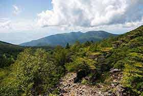 湯の丸山と烏帽子岳が見える