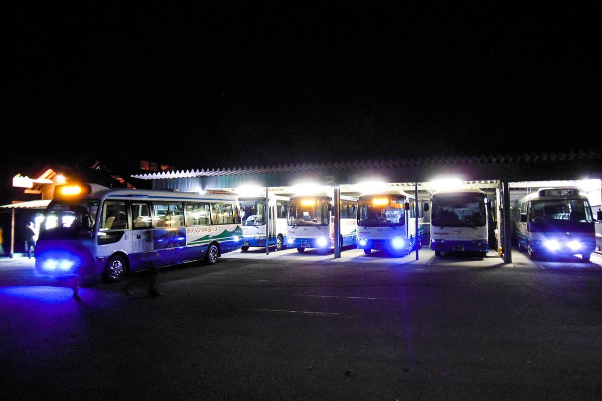 バスも並んでる。
