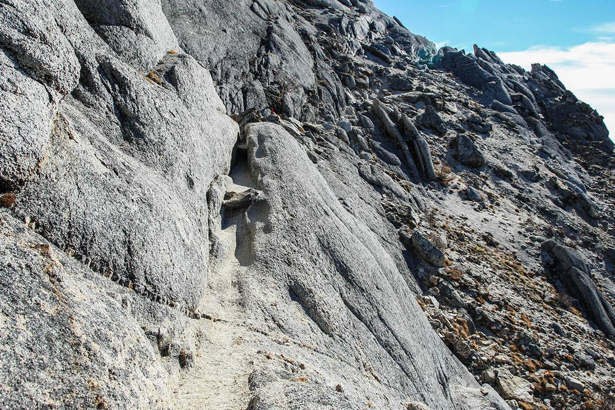丸い石の上を歩く