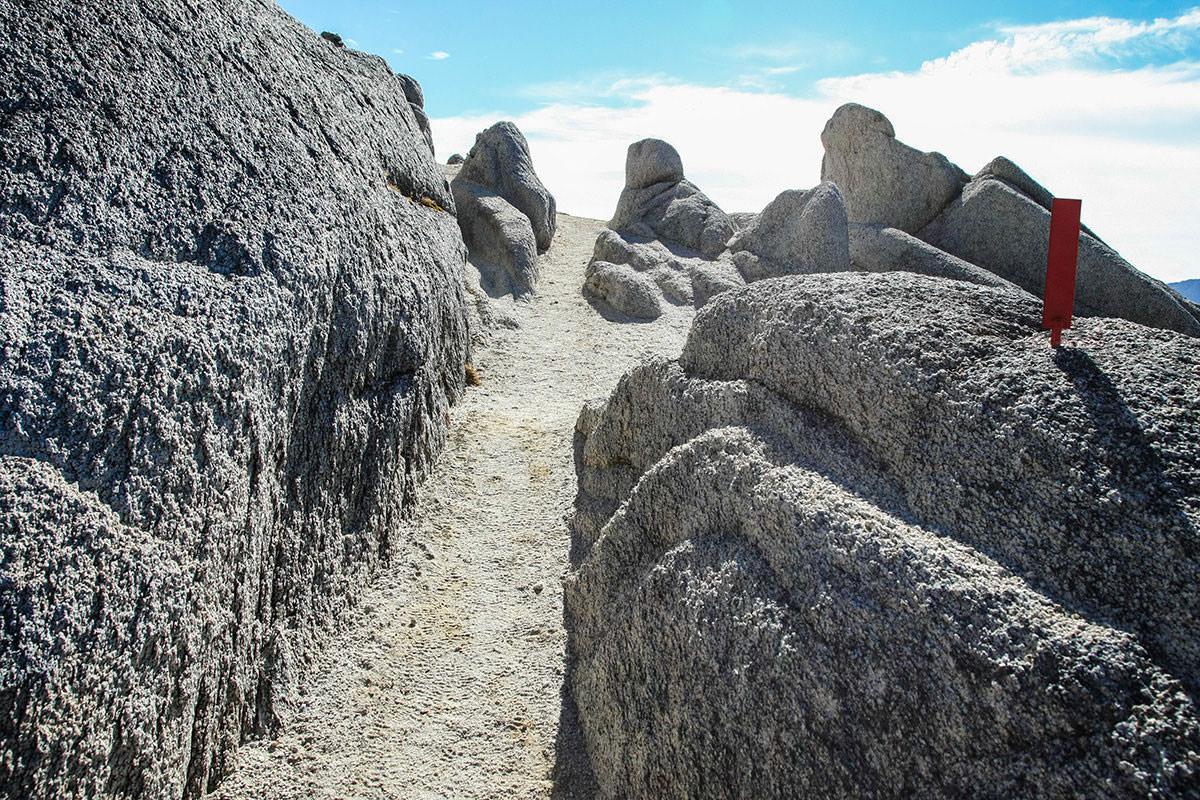 石の間を歩く