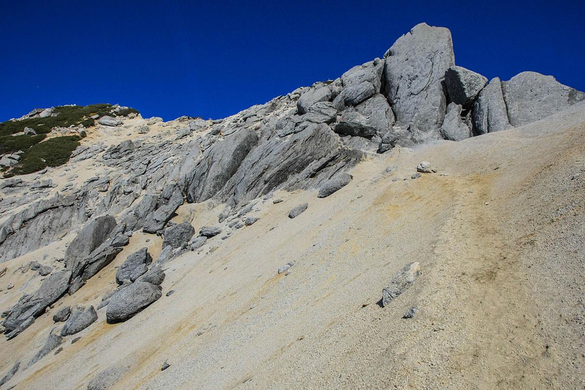 山頂まで続く砂と石