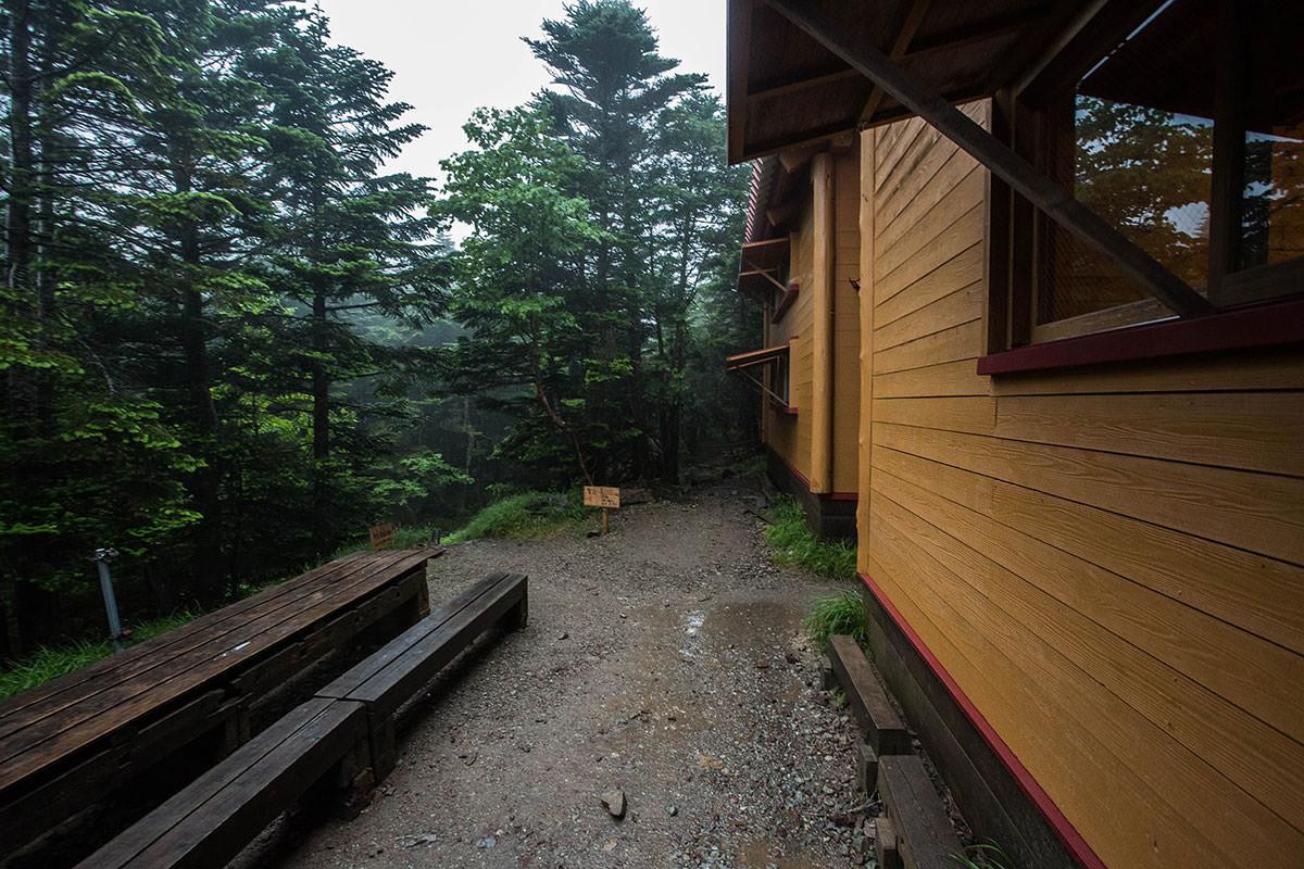 小屋の横へ