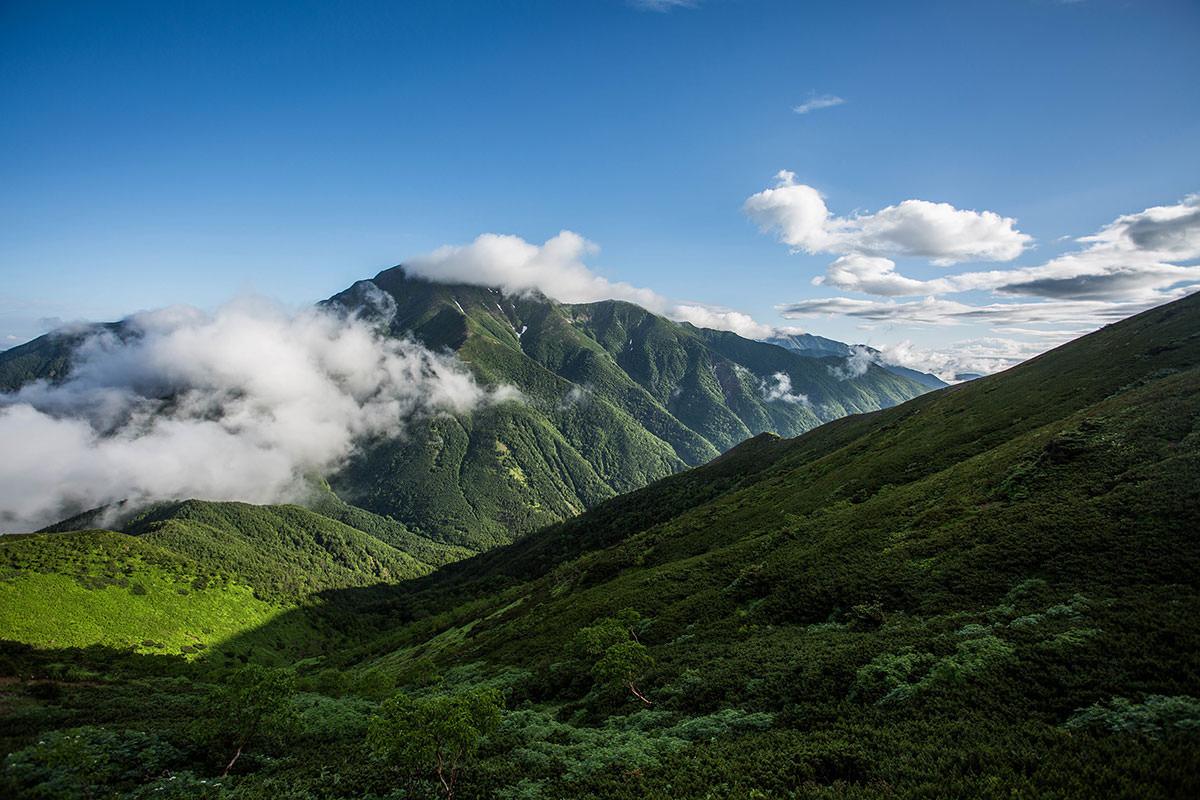 聖岳の雲が流れる