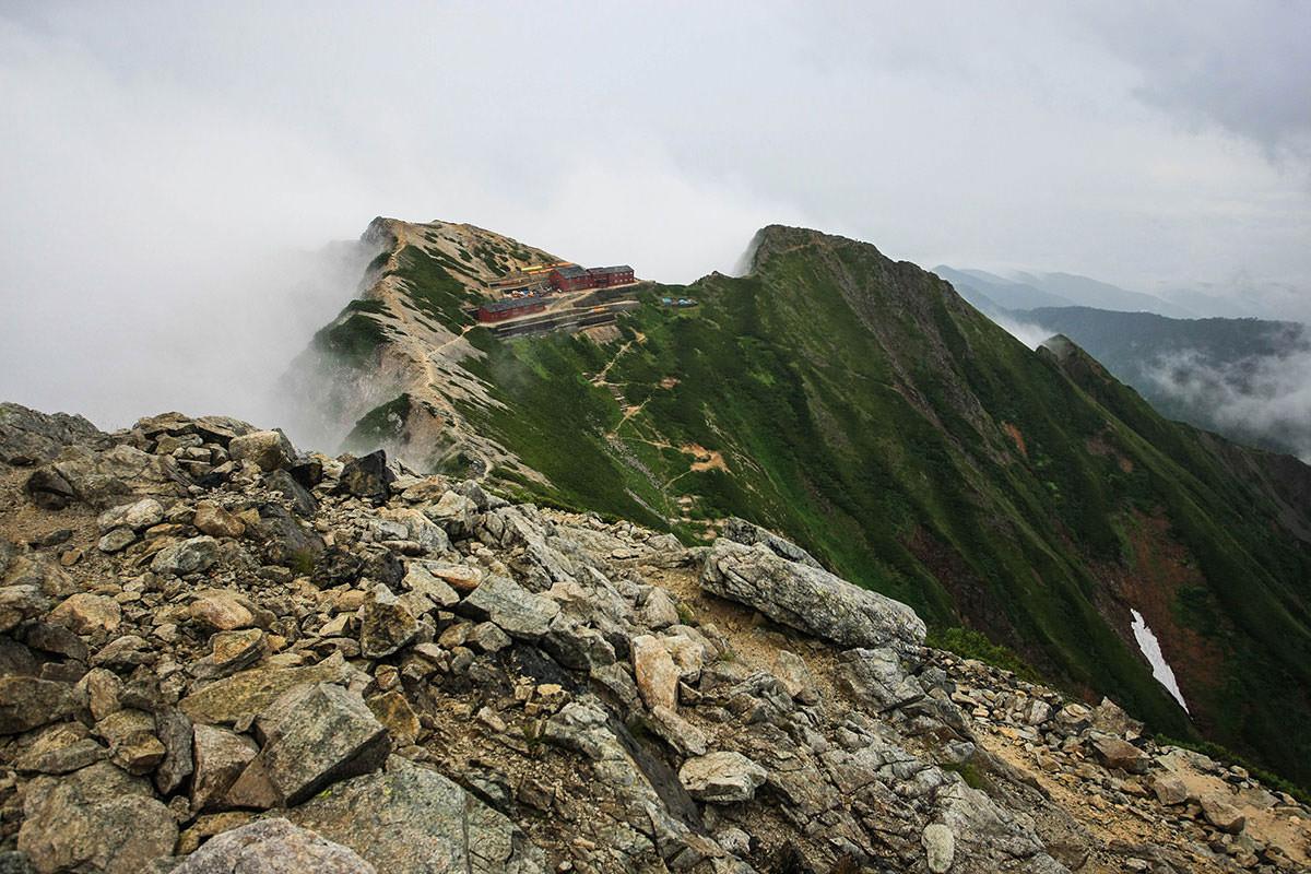 唐松岳頂上山荘はそこ
