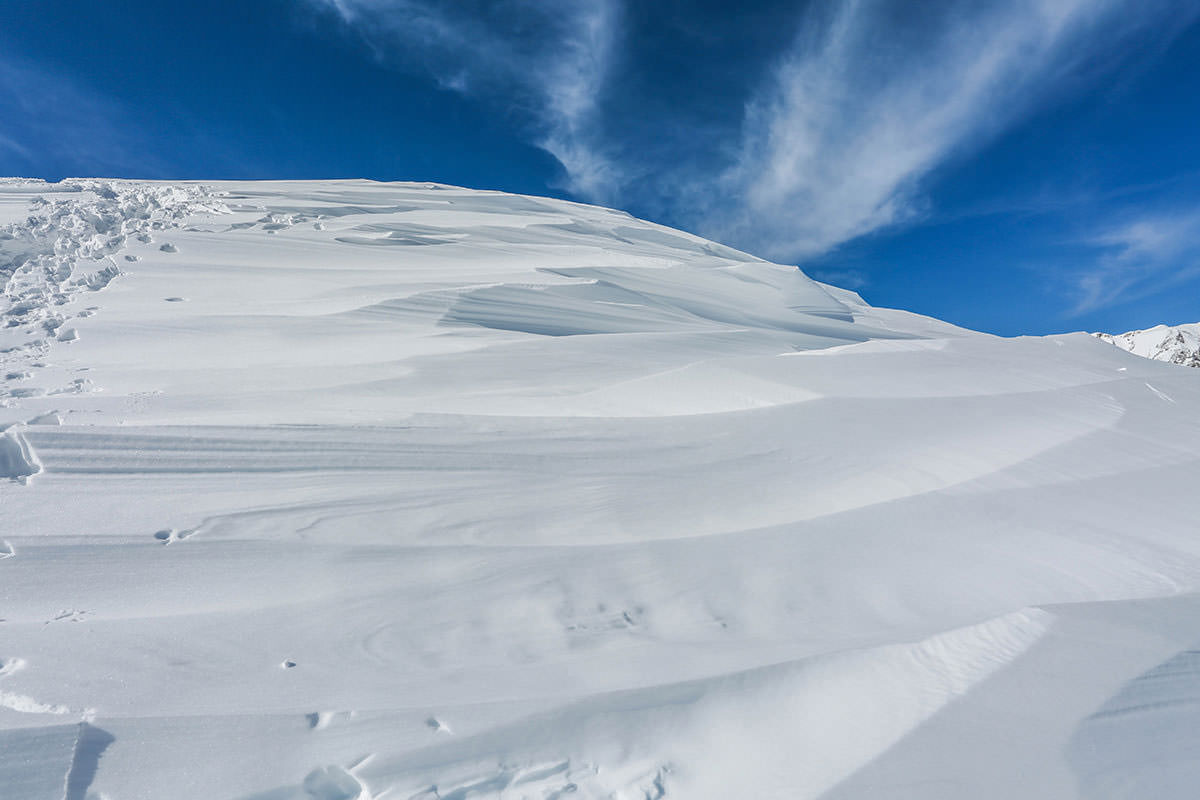 唐松岳-風が当たって雪がデコボコ