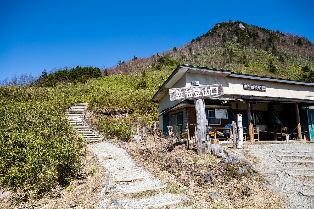 峰の茶屋の横から登山道開始