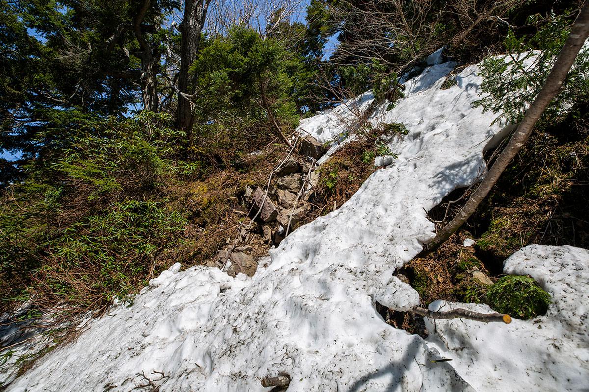 岩場にも雪がいっぱい