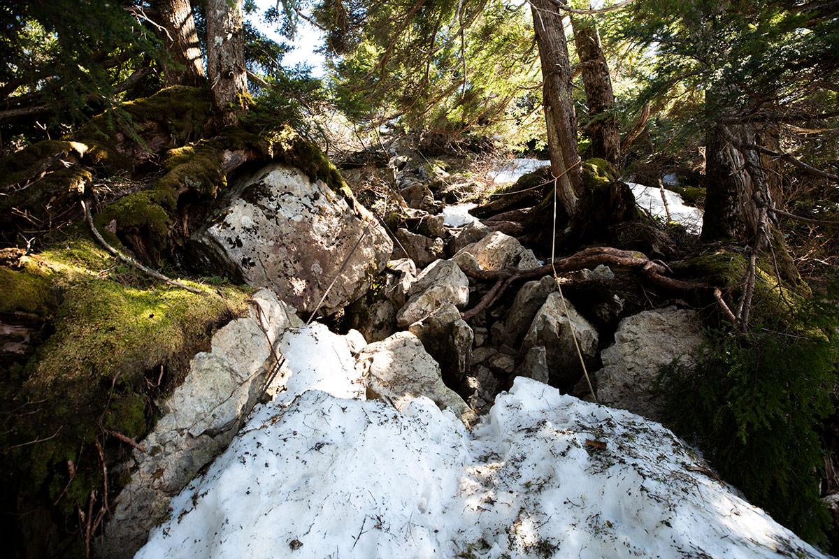 岩場を登ったら山頂はすぐ
