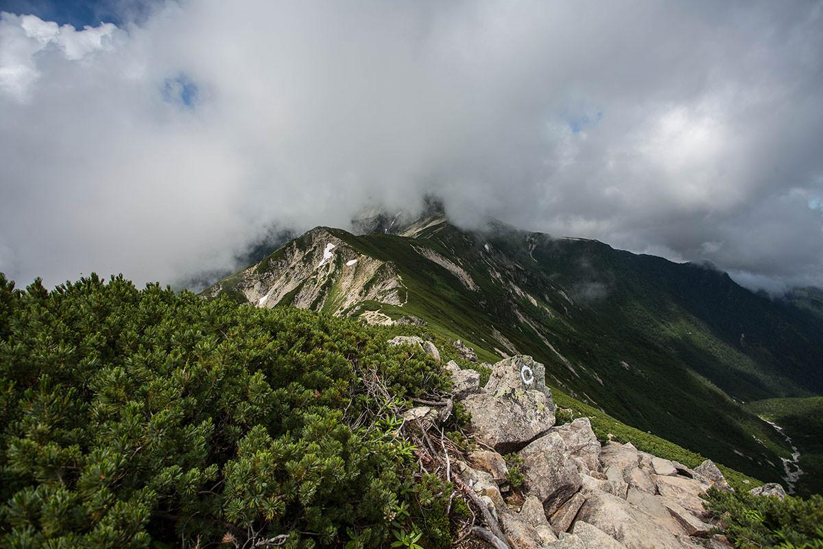 稜線には雲がかかる