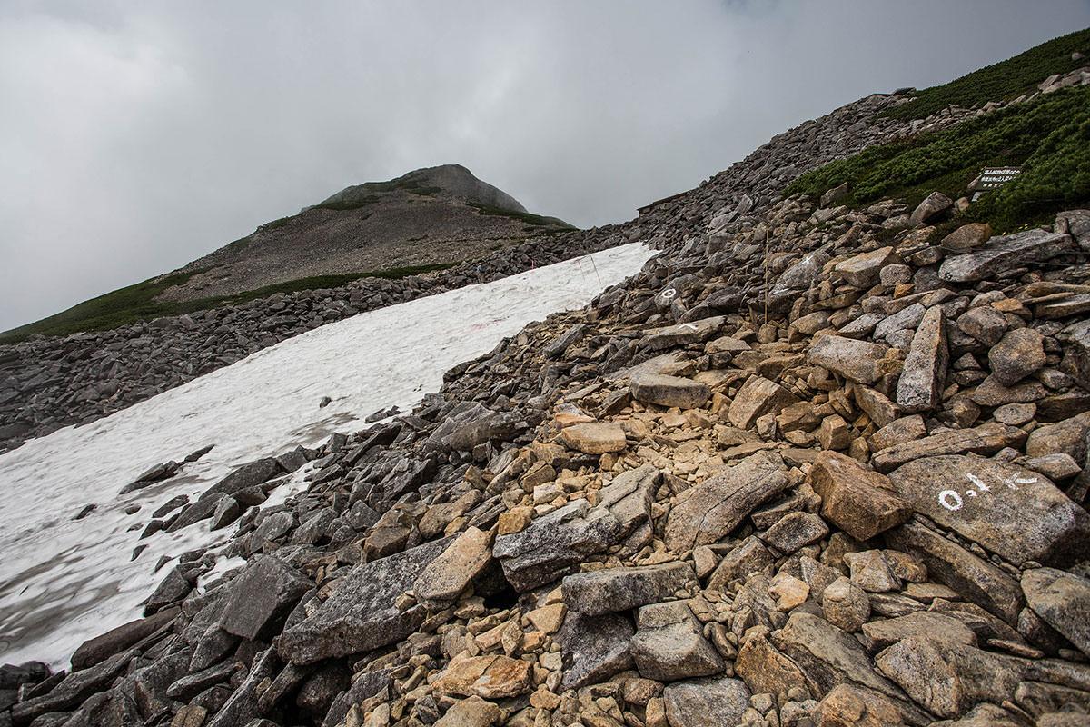 山荘まで岩場を登る