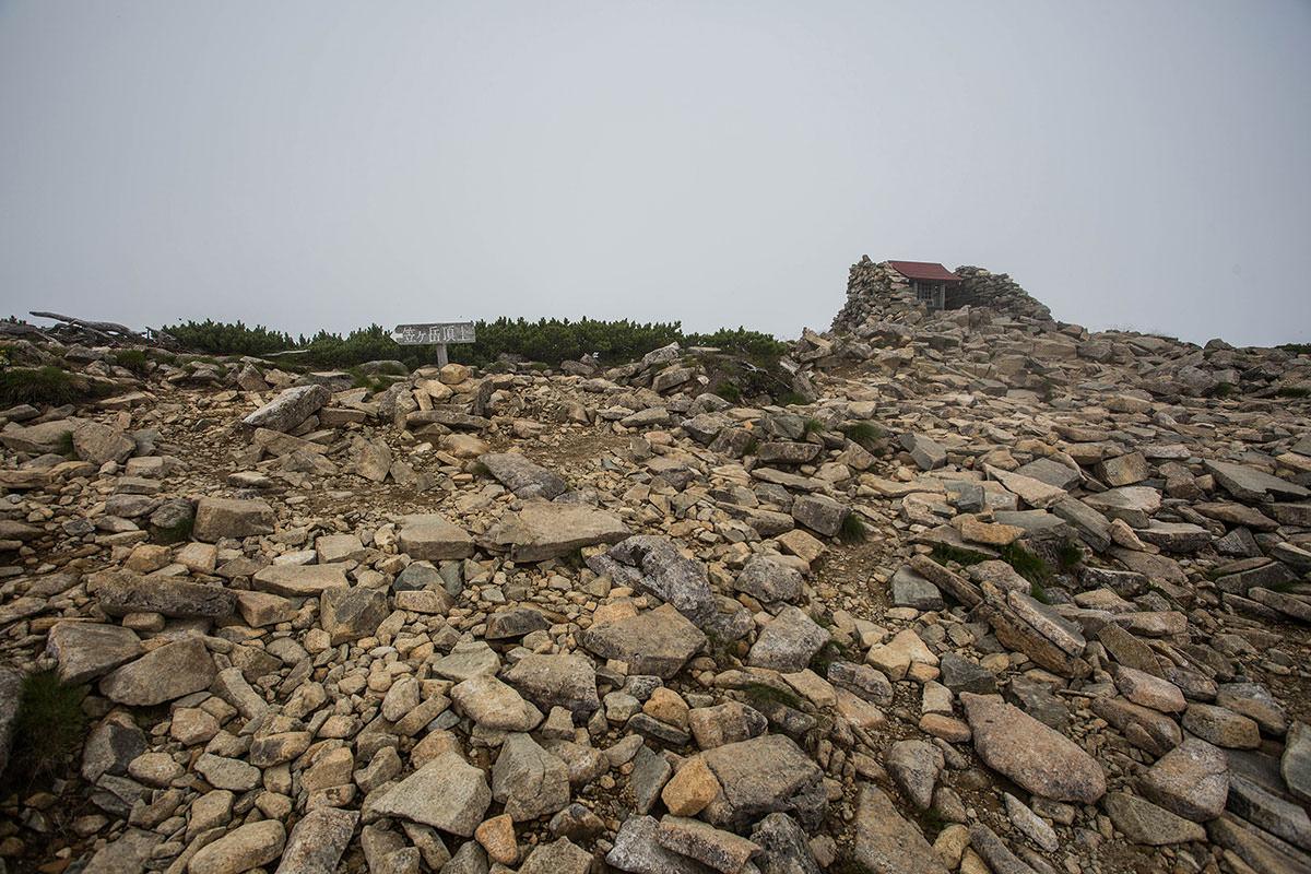 笠ヶ岳-山頂は左