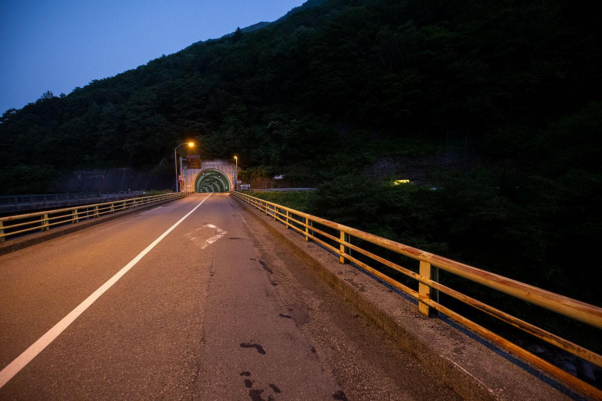 トンネルから右へ入っていく