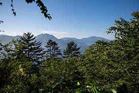 焼岳と乗鞍岳とが見える