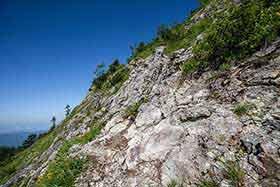 岩の斜面を横切っていく