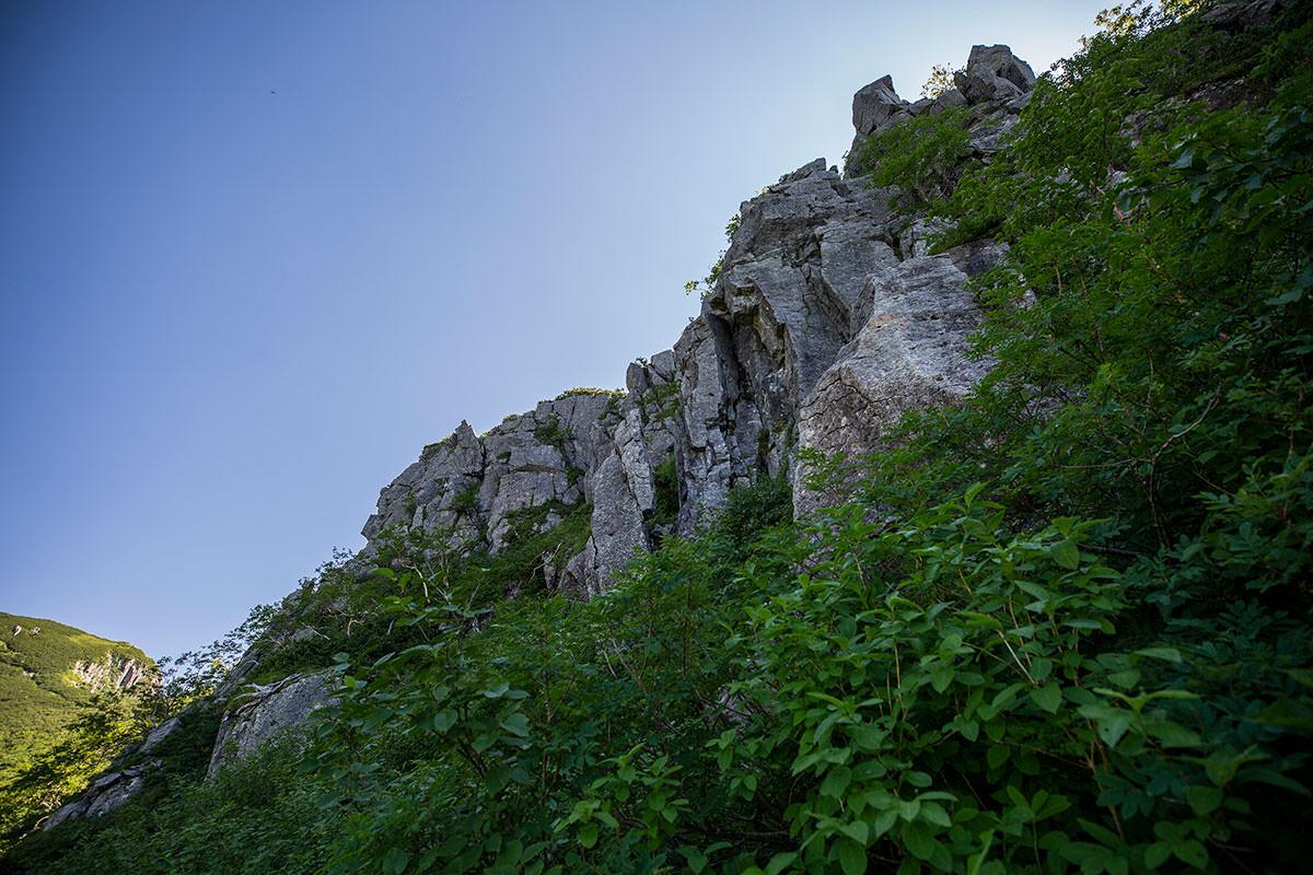 山側には岩が積み上がってる