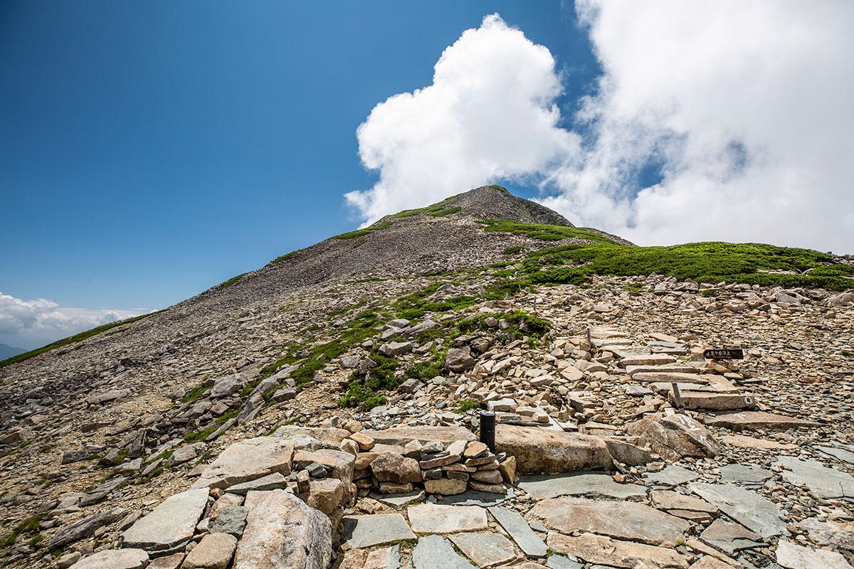 笠ヶ岳山荘の前からは山頂がよく見える