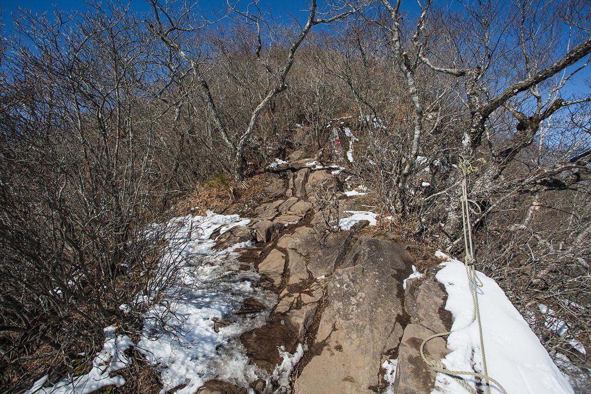 【茅ヶ岳 女岩ルート】登山百景-ロープが張ってある