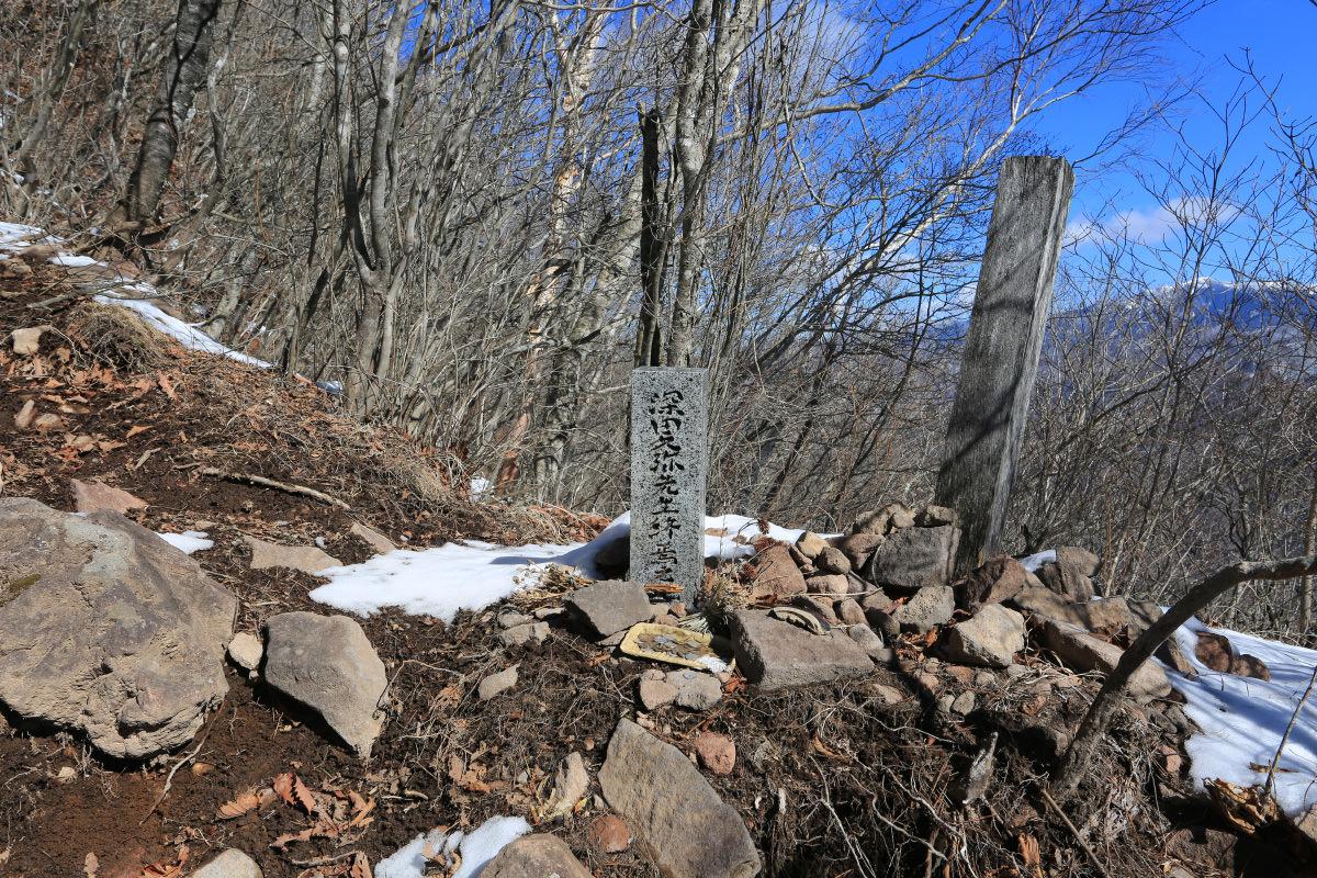 茅ヶ岳に建つ深田久弥先生終焉の碑