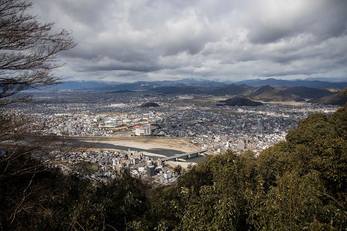金華山-岐阜市の北側が見える