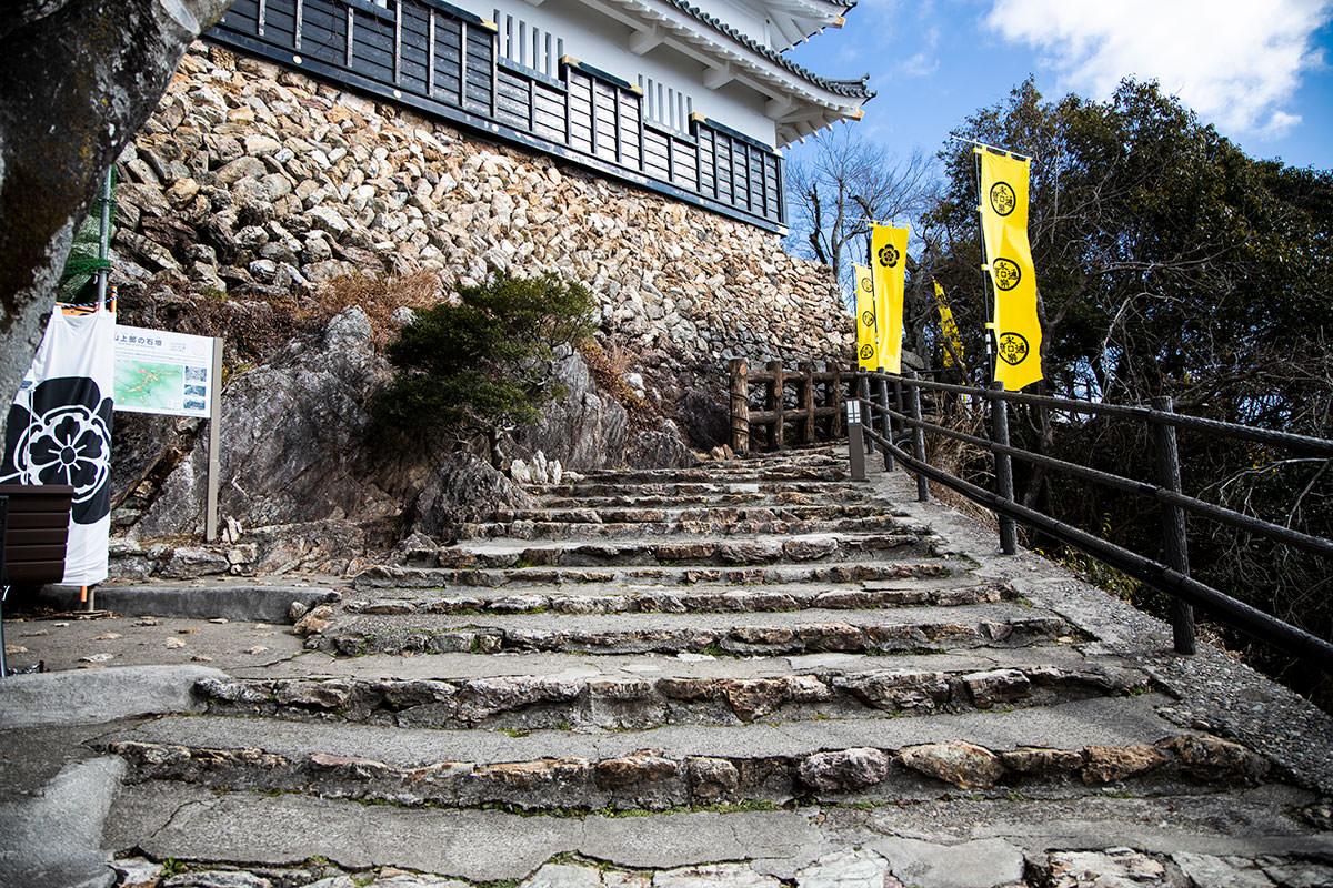 金華山-山頂へ階段を登る