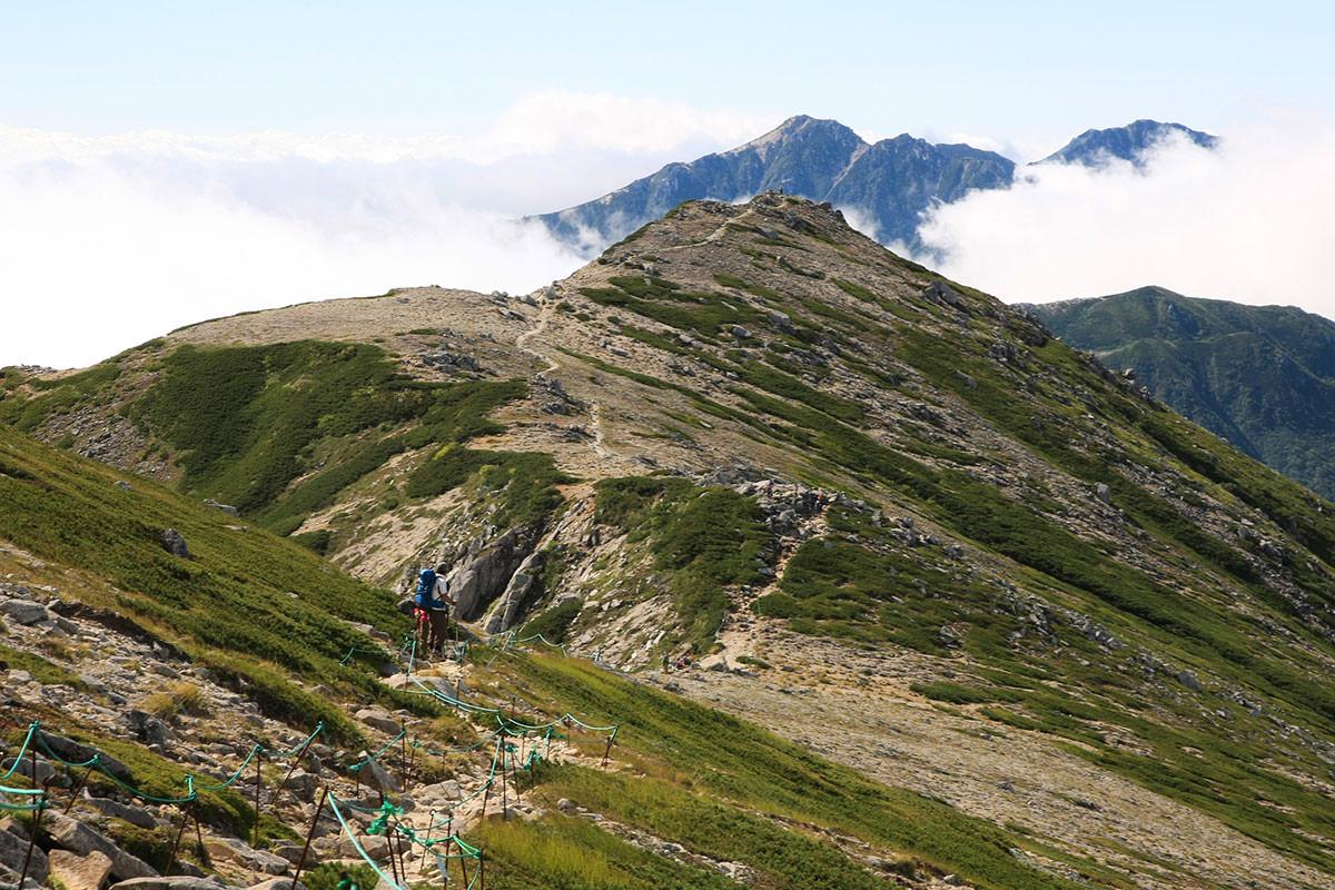 稜線の先に空木岳が高く見える