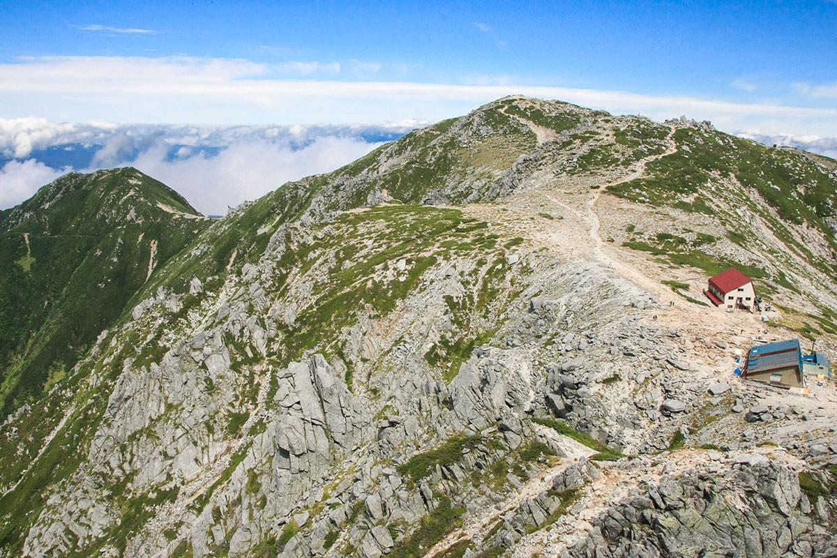 奥の木曽駒ヶ岳と手前の中岳