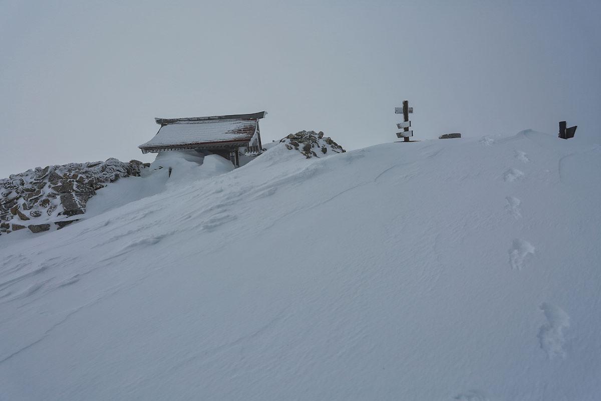 山頂にある伊那側の祠