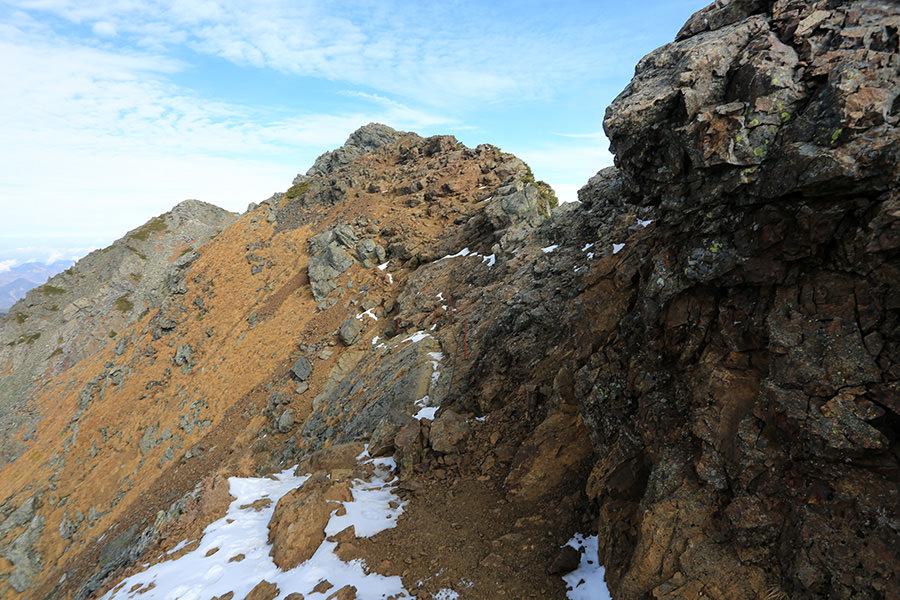 北岳山頂へと近づく稜線