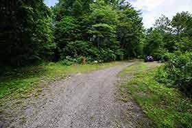 ここを右へ曲がって登山道へ